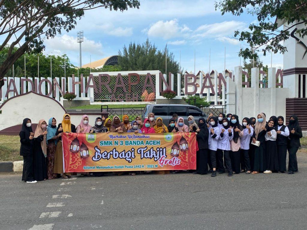Smk Di Banda Aceh Bagi Bagi Takjil Untuk Masyarakat Yang Melintasi Jalan Sultan Malikul Saleh Lhong Raya Kasadar Com